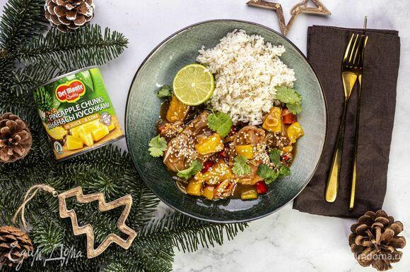 Подавайте свинину с овощами в азиатском стиле с отварным рисом, посыпав кунжутом.