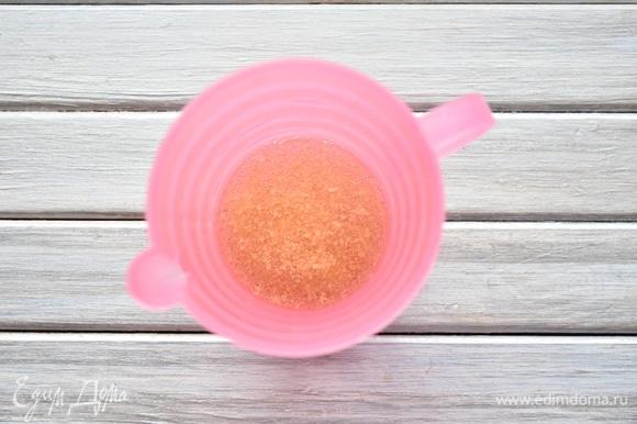 Желатин замочить в воде на 20–25 минут.
