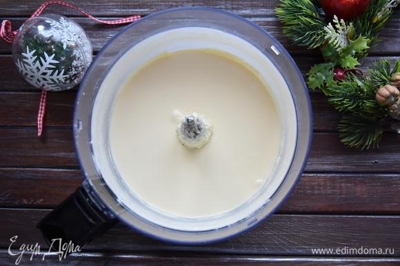 250 г муки смешайте с разрыхлителем и ванилином, просейте через мелкое сито. Соедините сухую и жидкую составляющие теста и перемешайте.