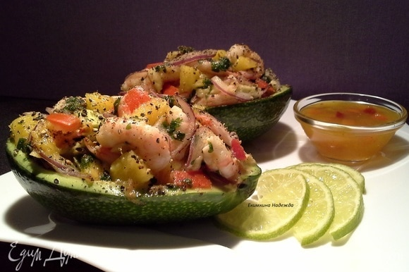 Выложите салат в половинки авокадо и подавайте. С наступающим Новым годом!