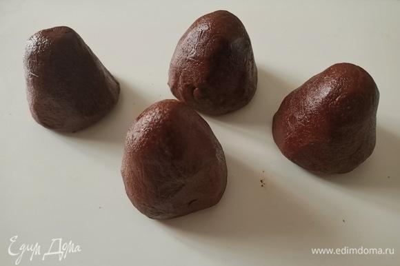 Соединить шоколадный маскарпоне с крошкой печенья. Хорошо вымесить и поставить в холодильник минут на 10–15. Затем разделить смесь на четыре части и сформировать пирожное в форме конуса.