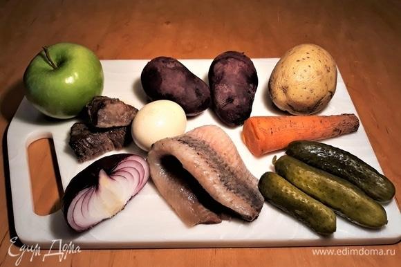 Отварить мясо, картофель, свеклу, морковь и яйцо. Очистить овощи, яйцо и яблоко.
