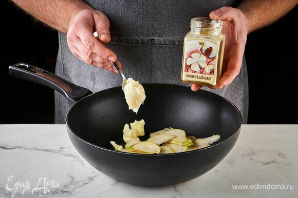 Добавьте 1 ч. л. хлопкового меда «Хлопковый цвет» ТМ «Мусихин. Мир мёда». Карамелизируйте грушу, периодически помешивая, в течение нескольких минут.