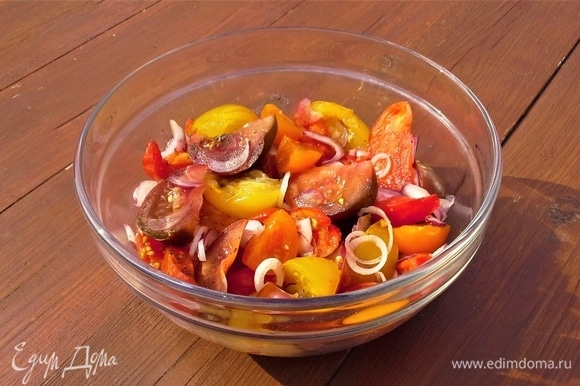 Овощи положите в глубокую емкость и перемешайте. Добавьте заправку: бальзамический уксус, оливковое масло, горчицу, орегано. Перемешайте.