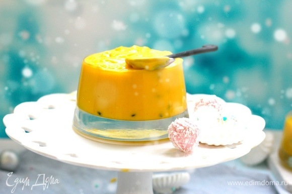 Сварить любимый курд. Я в этот раз взяла все имеющиеся у меня запасы замороженных пюре из тропических фруктов желтого цвета, добавила еще сок лимона. Если пюре замороженное, сначала растопить его и дать остыть. Смешать лимонный сок, пюре, цедру, сахар, яйца и желтки и на водяной бане довести до очень горячего состояния, постоянно помешивая. Варить до состояния, пока курд на загустеет и не будет течь с ложки. Состояние примерно как у негустого картофельного пюре. Можно в холодную смесь сразу добавить 1 ч. л. крахмала, тогда варка пройдет быстрее. В горячую смесь выложить кусочки сливочного масла, размешать до однородности. Процедить курд через мелкое сито, на нем останется цедра и мелкие кусочки заварившегося белка, остудить и выложить в чистую сухую банку. Я варю обычно сразу много курда, он хранится без проблем до 10 суток.