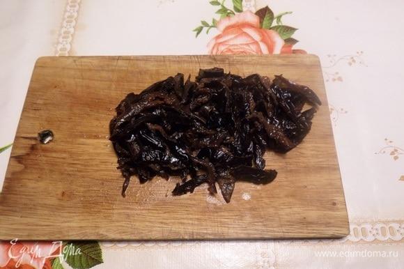 Распаренный чернослив нарезаем соломкой.