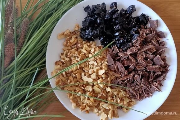 Крупно порубить орехи, шоколад и чернослив.