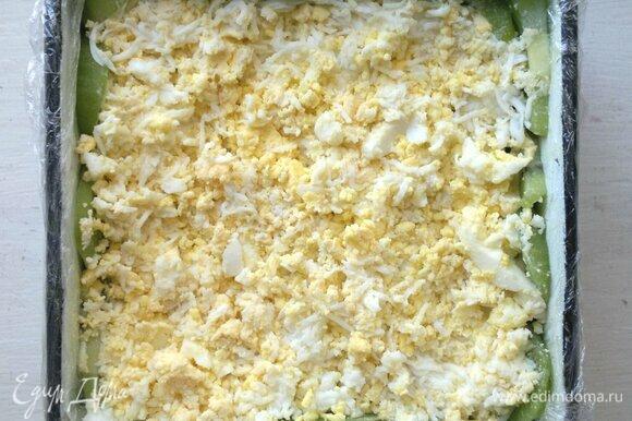 Выложить слой сыра, смазать заправкой, слегка утрамбовать. Выложить слой чернослива, смазать заправкой, слегка утрамбовать. Выложить слой измельченных яиц, смазать заправкой, слегка утрамбовать. Поставить салат в холодильник на 1–2 часа.