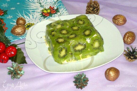 Форму с салатом аккуратно перевернуть на плоское блюдо, снять пищевую пленку. Подать салат к праздничному столу. Приятного аппетита! С наступающим Новым годом!