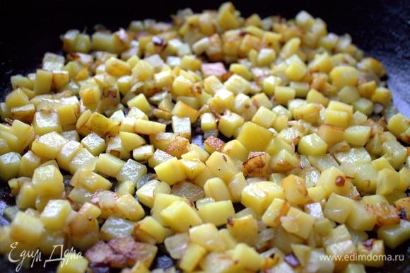 Картофель обжарился до готовности, переносим на сервировочное блюдо.
