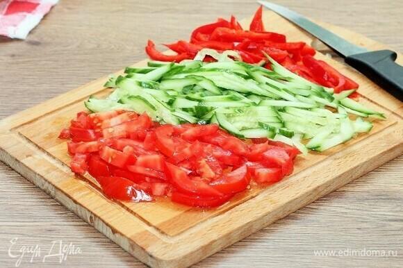 Подготовленные овощи — сладкий перец, огурец и помидоры (без мякоти) — нарезаем полосками.