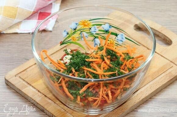 Выкладываем в большую миску нарезанные овощи (кроме огурца и баклажана) и зелень (немного оставляем для украшения).
