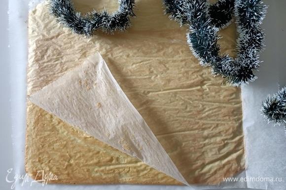 Выпекать в предварительно разогретой духовке при температуре 200°C в течение 10 минут до золотистого цвета. Готовый бисквит перевернуть на пергаментную бумагу нижней стороной вверх.