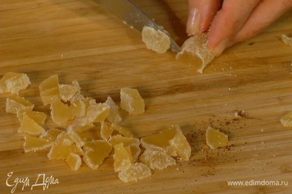 Все цукаты нарезать небольшими кубиками, 1 горсть вмешать в тесто.