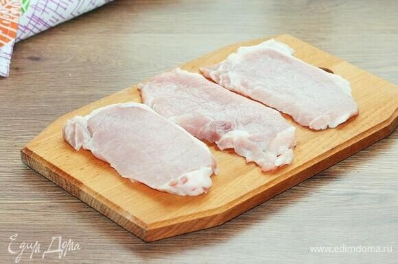 Свинину (охлажденный карбонад или корейку) нарезать кусочками толщиной 0,6–0,8 см.