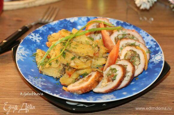 Свиная отбивная с начинкой и пряным картофелем готова! Горячее блюдо можно украсить по желанию тертым или пластинчатым сыром. Приятного аппетита!