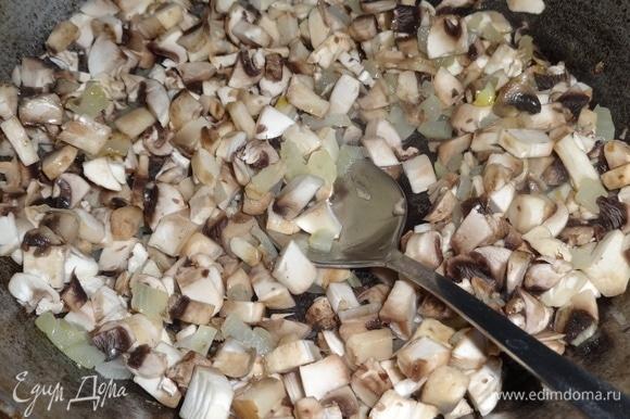 В сковороде разогреть масло и обжарить на сильном огне сначала лук, потом грибы. Обжаривать 5 минут, выложить грибы с луком в миску, немного остудить.