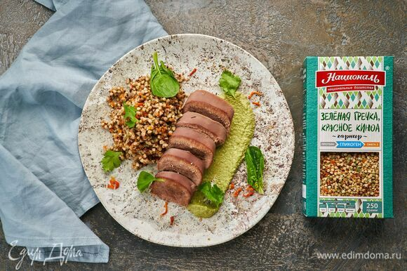 Разложите на тарелки гарнир и нарезанный на кусочки язык. Подавайте с ореховым соусом.