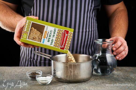 Смесь «Омега-3» ТМ «Националь»: бурый рис, киноа, семена льна отварите по инструкции, указанной на упаковке. Приправьте солью и черным свежемолотым перцем.