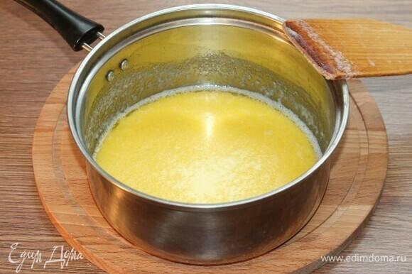 Добавьте в масляную смесь 100 мл молока. Поставьте сотейник на медленный огонь и, перемешивая, добавьте оставшееся молоко.