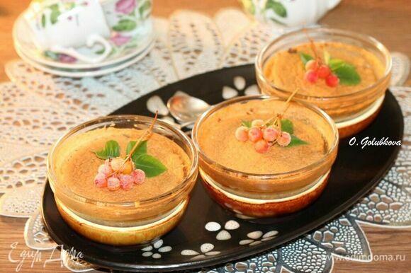Готовое суфле украсьте ягодами, листиками мяты и подавайте горячим или теплым.