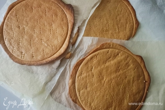 Между двумя листами пергаментной бумаги раскатать тесто. Наколоть по всей поверхности вилкой. Выпекать в предварительно разогретой духовке при температуре 180°C 3–4 минуты. Пока бисквит теплый, приложить форму и вырезать круг диаметром 20–22 см.