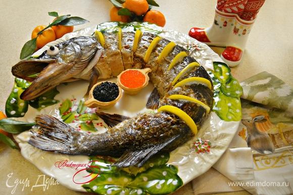 Укладываем щуку на блюдо, нарезаем на порционные куски и украшаем. Красивое праздничное блюдо готово! Приятного вам аппетита и вкусных праздников!