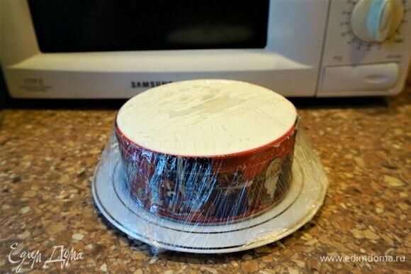 7 слой (последний) — 1/3 яичной смеси. Накрыть салат пищевой пленкой и поставить в холодильник на два часа.