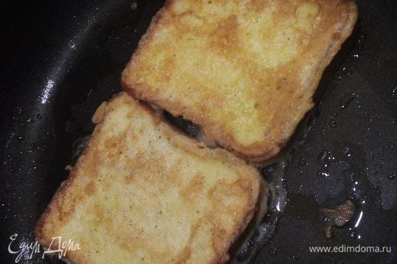 Обмакиваем целые кусочки хлеба в яйцо и жарим с 2 сторон. Выкладываем на салфетку.