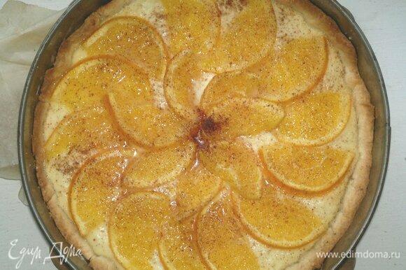 Вкусный и ароматный пирог с творогом и апельсинами готов. Достать форму с пирогом из духовки и полностью остудить пирог в форме.