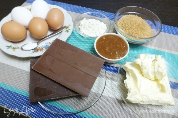 Подготовить все ингредиенты для торта. Шоколад нужен без добавок, лучше кулинарный. Форма у меня стеклянная, расширяющаяся к верху, диаметром по дну 18 см, по верху — 22 см.