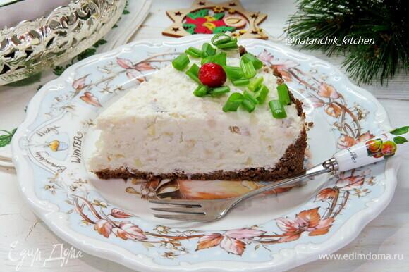 Достать тарт из формы, переложить на блюдо и украсить зеленым луком. Приятного аппетита!
