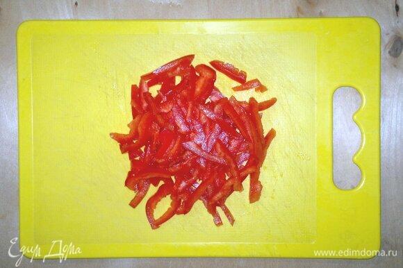 Красный сладкий перец вымыть, обсушить. Очистить от семян, нарезать тонкой соломкой.