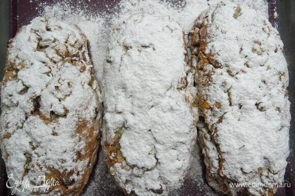 Пока штоллены выпекаются, растопить сливочное масло. Готовые горячие штоллены сразу смазать растопленным сливочным маслом и щедро посыпать сахарной пудрой.