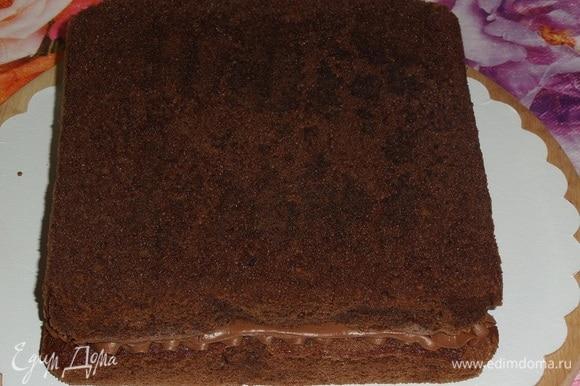 Накрываем начинку вторым шоколадным коржом.