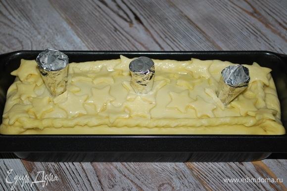 Верх пирога смазала яйцом и сделала три отверстия для выхода пара. В каждое отверстие вставила воронку из фольги. Поставила пирог в разогретую духовку запекаться при 170°C на 1,5 часа.