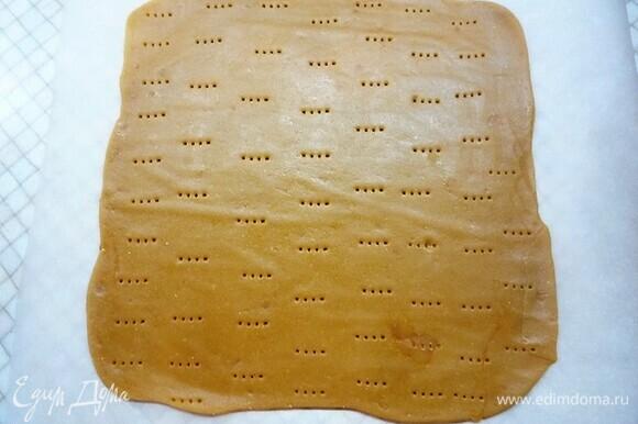 Делим тесто на две части, раскатываем квадрат 26 х 26 см. Выпекаем 5–7 минут при температуре 170°C.
