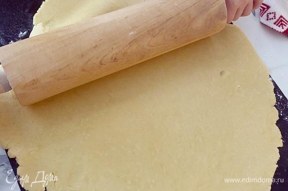 Охлажденное тесто раскатываем сразу на пергаменте или коврике для выпекания до толщины примерно 0,5 см.