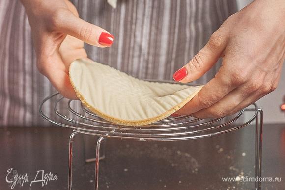 По итогу нам нужны бисквиты диаметром 16 см. Мое кольцо — на 18 см, тесто немного ужалось при выпечке, я подрезала края, вот и вышло 16 см. Бисквиты остудить и положить в морозилку.