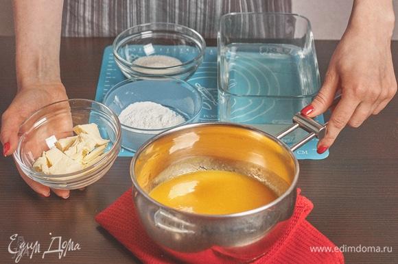 Приступаем к начинке. Я взяла готовое пюре манго. Сахар смешать с крахмалом. Желатин замочить.