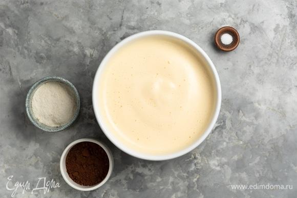Муку и какао смешать, просеять во взбитые яйца и аккуратно лопаткой перемешать, сохраняя воздушность.