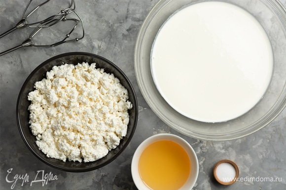 Пока выпекается корж, готовим творожную начинку. Желатин замочить в воде, оставить набухать. Взбить холодные сливки с сахаром до устойчивых средних пиков. Творог по желанию можно перетереть через сито.