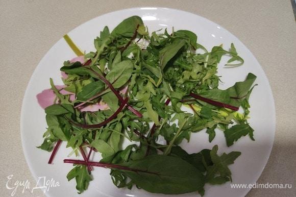 Листья салата выложить в тарелку.