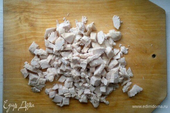 Вареное куриное мясо нарезать на мелкие кусочки.