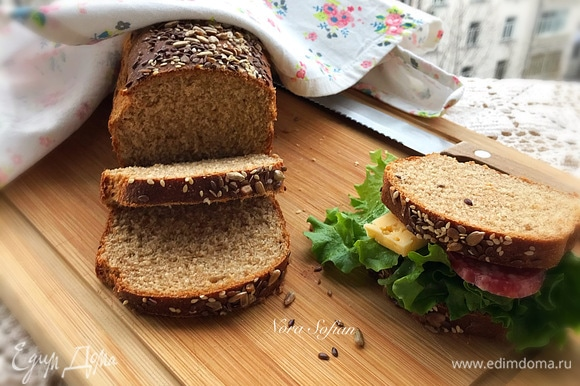 Выпекаем хлеб первые 10 минут при 190°C, затем уменьшаем температуру до 180°C и выпекаем еще 30 минут. Но вы ориентируйтесь по своей духовке.