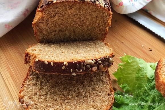 Готовый хлеб достать из духовки, сразу же вынуть из формы и остудить на решетке.