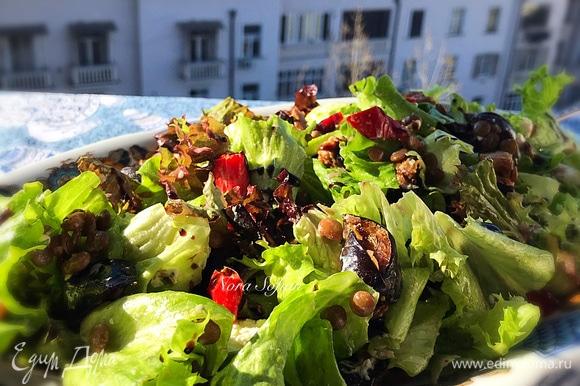 Переложить готовый салат на блюдо для подачи и полить бальзамическим соусом.