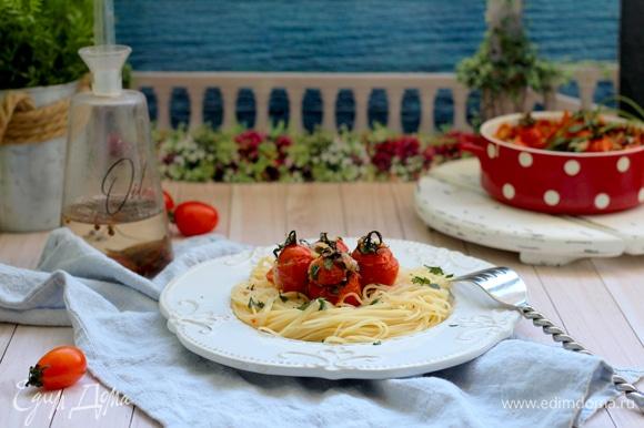 Отварите пасту по инструкции на пачке. Выложите пасту в тарелку, полейте соусом и добавьте запеченные черри.