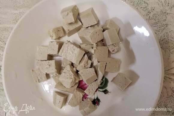 Тофу нарезать кубиками.
