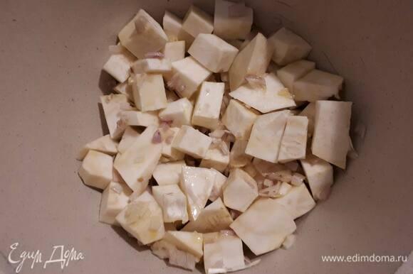 Нарежьте лук и слегка обжарьте. Очистите и нарежьте кубиками сельдерей, добавьте к луку и обжаривайте в течение 3–4 минут.
